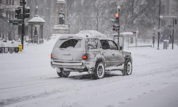 ¿Qué precauciones se deben tener al momento de conducir en la nieve?