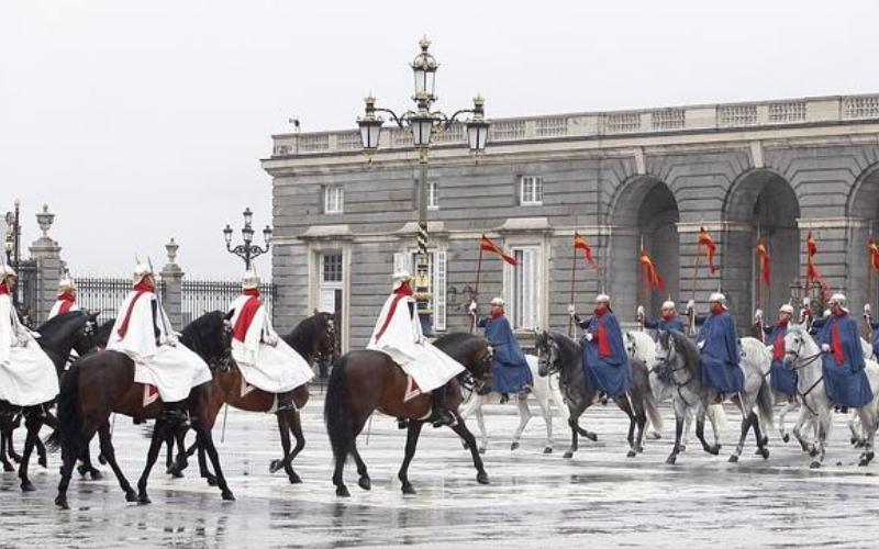 relevo solemne palacio real